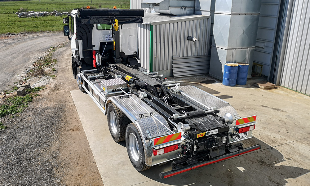 camion avec bras de manutention hydraulique